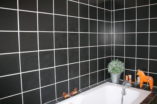 Une salle de bain graphique une menuiserie m tamorphos e en loft journal des femmes - Carrelage blanc joint noir ...