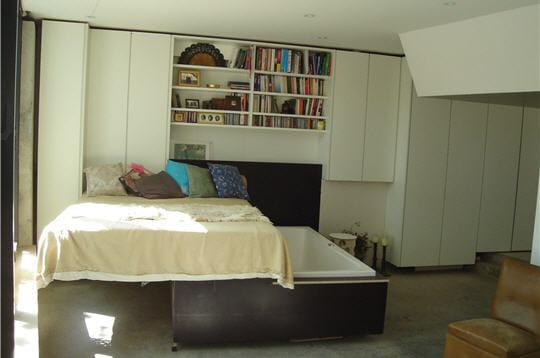 Une baignoire en dessous du lit une maison dans un mouchoir de poche jo - Dessous de baignoire ...