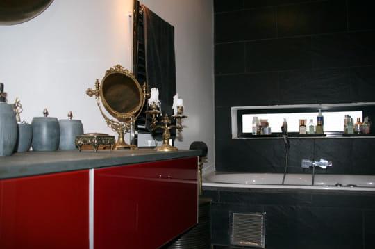 Une salle de bains en rouge et noir un ancien pressoir transform en maison - Salle de bain rouge et noir ...