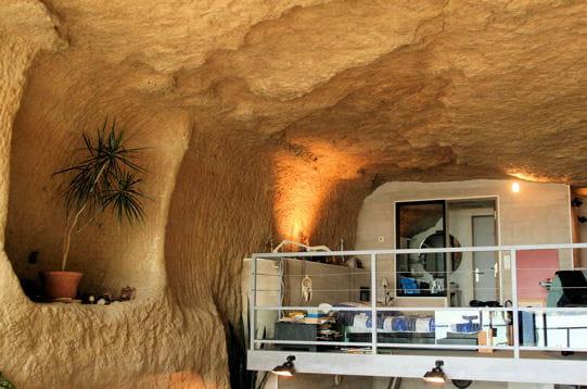 La chambre en mezzanine esprit loft dans une grotte naturelle journal des - Chambre en mezzanine ...