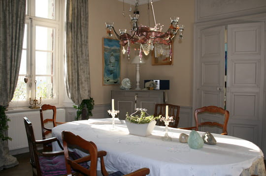 une salle manger tr s romantique un manoir romantique au c ur de broc liande journal des. Black Bedroom Furniture Sets. Home Design Ideas