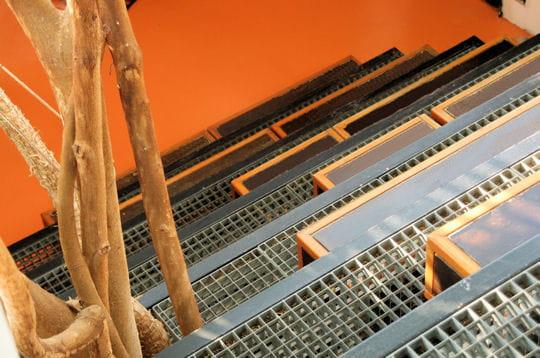 descente d 39 escalier le nid de l 39 aigle une maison en suspension journal des femmes. Black Bedroom Furniture Sets. Home Design Ideas
