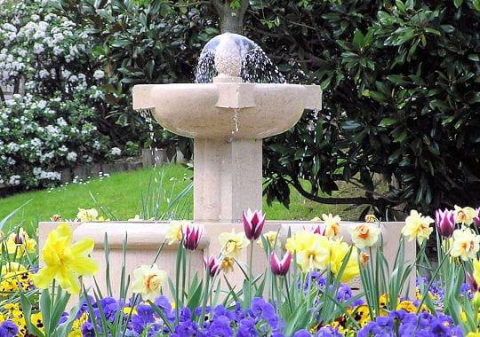 symphonie de couleurs des fontaines pour rafra chir votre jardin journal des femmes. Black Bedroom Furniture Sets. Home Design Ideas