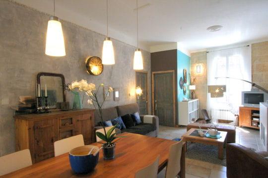 Une pi ce salon cuisine et salle manger une maison de for Decoration salon salle a manger cuisine