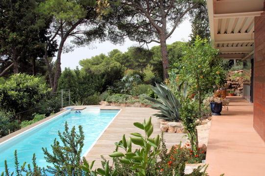 Une oasis de verdure villa de m tal vue sur mer journal des femmes - Autour de la piscine deco toulouse ...