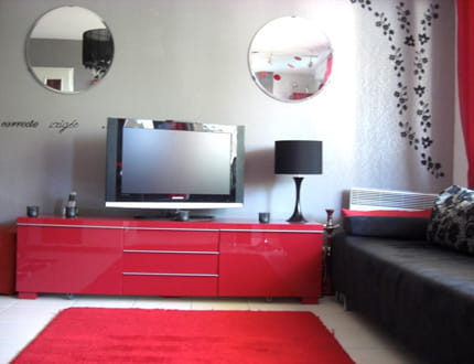 salon en rouge et gris la maison de c dric journal des. Black Bedroom Furniture Sets. Home Design Ideas