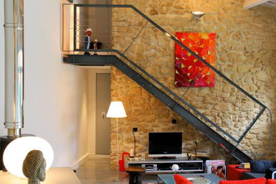 Escalier contemporain sur mur ancien version moderne d for Escalier maison ancienne