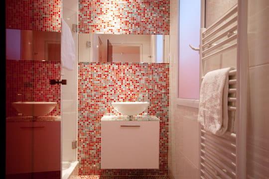 tableau salle de bain rouge salle de bains rouge color design htel des - Tableau Design Salle De Bain