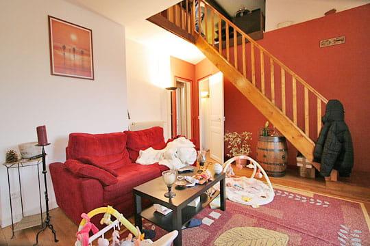 l 39 escalier avant home staging journal des femmes. Black Bedroom Furniture Sets. Home Design Ideas