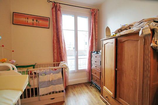 le coin lit du b b avant home staging journal des femmes. Black Bedroom Furniture Sets. Home Design Ideas