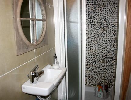 une petite salle de bains esprit nature visitez la maison de fanny journal des femmes. Black Bedroom Furniture Sets. Home Design Ideas
