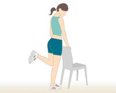 flexion avec chaise 10 exercices pour s 39 affiner les jambes journal des femmes. Black Bedroom Furniture Sets. Home Design Ideas