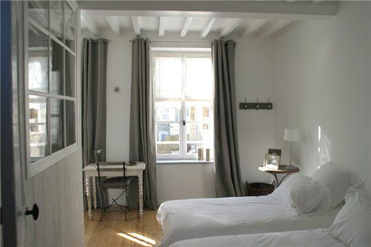 Une chambre lumineuse d co zen dans une maison de bord for Decoration chambre bord de mer