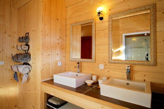 Salle de bains de bois s r nit au chalet journal des for Bois exotique salle de bain