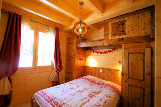 une chambre en bois brut le hors piste un chalet tradition journal des femmes. Black Bedroom Furniture Sets. Home Design Ideas