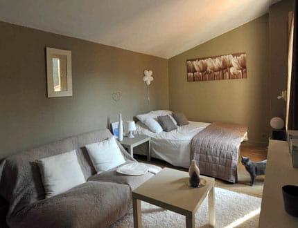 une chambre d 39 amis pur e et spacieuse visitez la maison de pascale journal des femmes. Black Bedroom Furniture Sets. Home Design Ideas