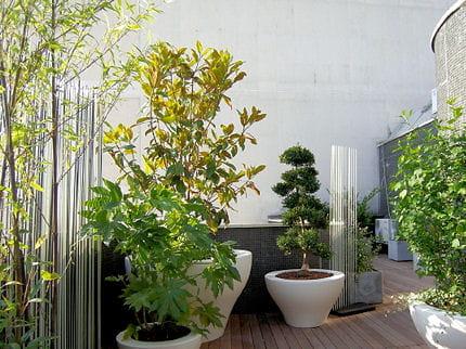 esprit asiatique six projets de designer pour relooker son balcon journal des femmes. Black Bedroom Furniture Sets. Home Design Ideas