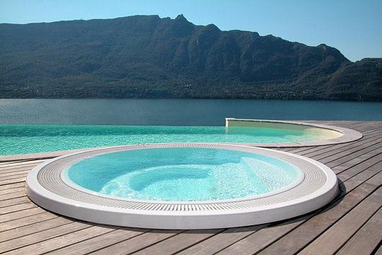 Avec spa piscines d bordement journal des femmes for Piscine avec spa a debordement