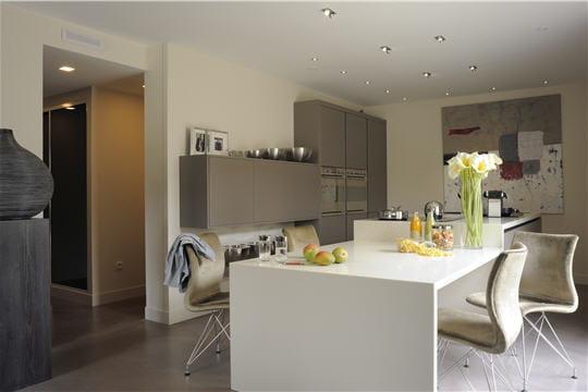 une cuisine aux lignes pur es d co contemporaine pour maison passive journal des femmes. Black Bedroom Furniture Sets. Home Design Ideas