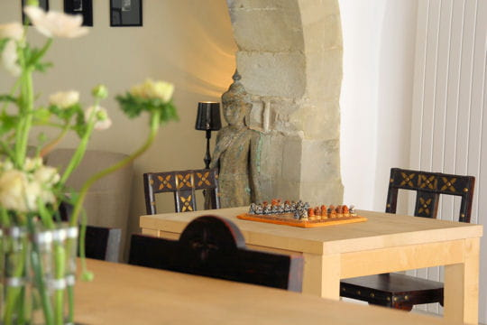 couleurs claires et meubles exotiques la maison sur la sorgue journal des femmes. Black Bedroom Furniture Sets. Home Design Ideas