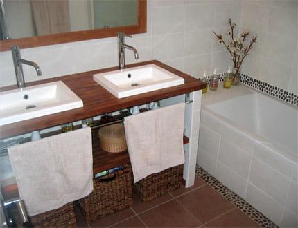 une salle de bains au look nature visitez la maison de carine journal des femmes. Black Bedroom Furniture Sets. Home Design Ideas