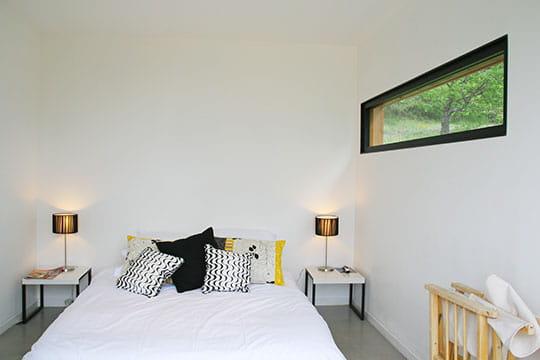 Un bungalow version moderne ambiance sauvage au jas de for Decoration fenetre contemporain