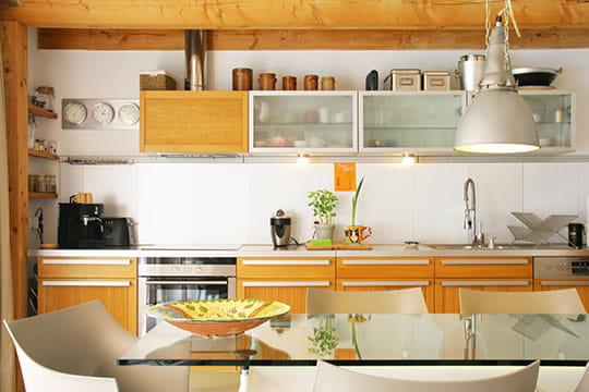 Cuisine habill e de bois d co pur e dans une maison for Decoration maison epuree