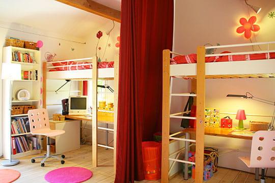 La chambre des filles d co pur e dans une maison fa on cabane - Separation chambre enfant ...