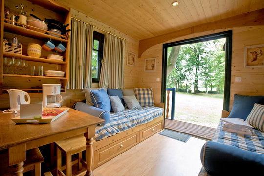 une vue sur la nature au coeur d 39 une roulotte d co. Black Bedroom Furniture Sets. Home Design Ideas