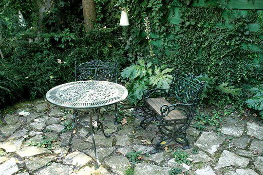 un salon en fonte dans le jardin de pierre visite du jardin des bauches de delphine journal. Black Bedroom Furniture Sets. Home Design Ideas