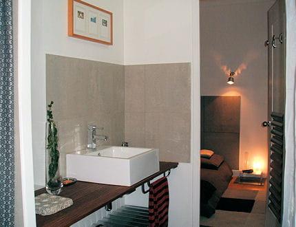 une salle d 39 eau pratique visitez la maison de nathalie journal des femmes. Black Bedroom Furniture Sets. Home Design Ideas