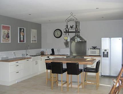 une cuisine en gris clair visitez la maison de claire journal des femmes. Black Bedroom Furniture Sets. Home Design Ideas