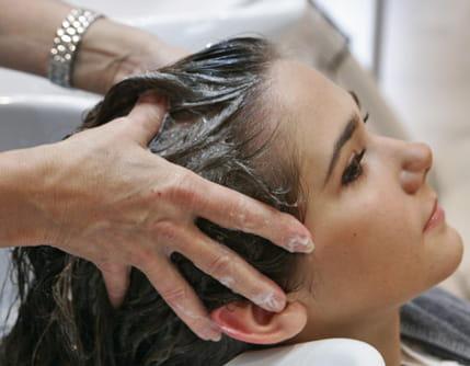massage du cuir chevelu laver ses cheveux et appliquer un soin journal des femmes. Black Bedroom Furniture Sets. Home Design Ideas