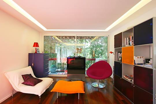 Salon cubique un appart 39 subtilement modernis journal for Lumiere salon decoration