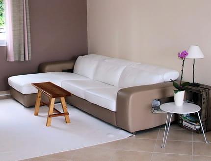 un canap blanc et taupe avant apr s un s jour convivial et tendance journal des femmes. Black Bedroom Furniture Sets. Home Design Ideas