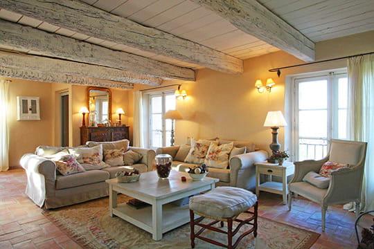 Decoration Balcon Ferme : Ambiance grisée et fleurie déco de charme dans une