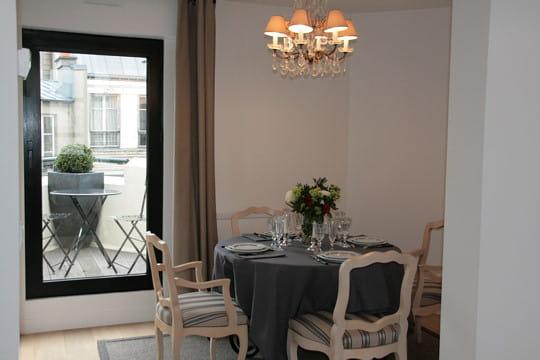 charme classique 30 salles manger de d corateurs journal des femmes d coration. Black Bedroom Furniture Sets. Home Design Ideas