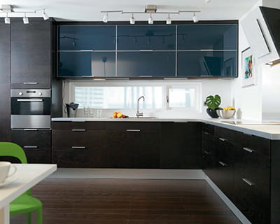 effet noir noir b ne et bleu marine 25 cuisines dans tous les styles journal des femmes. Black Bedroom Furniture Sets. Home Design Ideas
