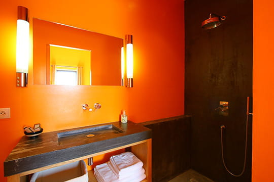 Salle de bains orang e d co rouge passion au mas de so for Salle de bain orange et gris