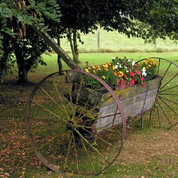 Une seconde jeunesse pour ce semoir cheval l 39 art de la r cup 39 au jardin journal des femmes - Roue de charette decoration ...