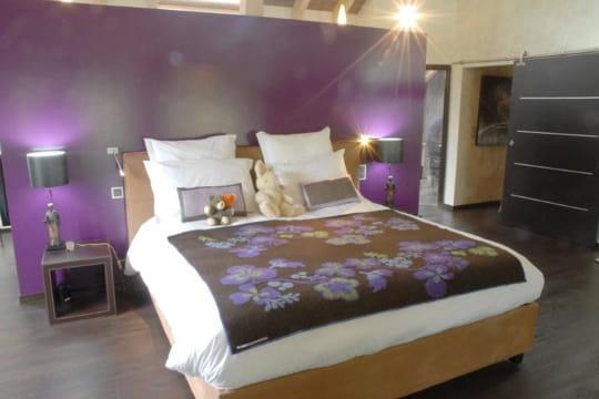 la chambre violette invitation au voyage dans une ancienne ferme suisse journal des femmes. Black Bedroom Furniture Sets. Home Design Ideas