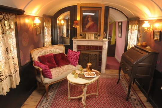 Esprit boudoir f minin couleurs et fantaisie dans une bastide et ses deux r - Deco roulotte gitane ...