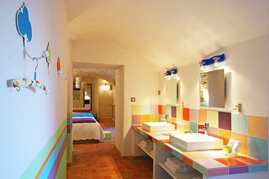 Salle de bains multicolore des couleurs plein les pi ces - Salle de bain petit carreaux ...