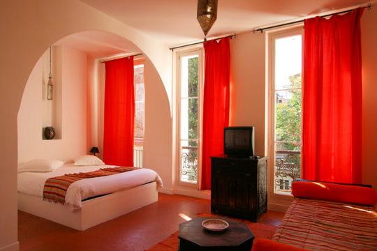 Quisma la rouge des chambres part journal des femmes - Deco de chanbre adulte lit rond rouge ...