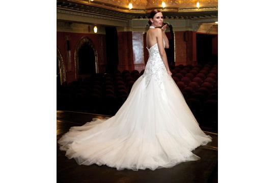 9a7d8ec8946 Théâtrale - Robes de mariées   collection 2010 - Journal des Femmes ...