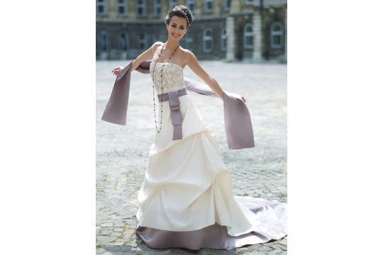 5f24a5acbdd Coquette - Robes de mariées   collection 2010 - Journal des Femmes ...