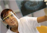 une radio peut être nécessaire pour vérifier l'état de la racine de la dent