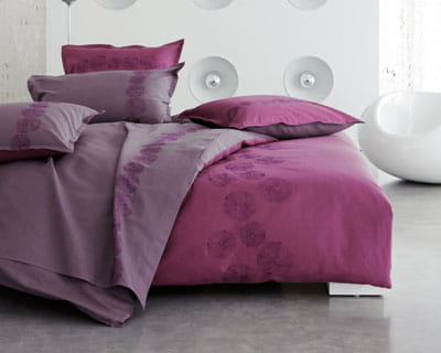 prune floral 25 parures de lit pour les beaux jours journal des femmes. Black Bedroom Furniture Sets. Home Design Ideas