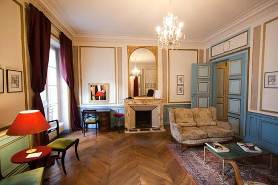 un espace plein de charme les salons de coiffure de la nouvelle ath nes journal des femmes. Black Bedroom Furniture Sets. Home Design Ideas