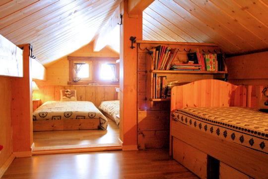 une cabane dans le grenier des chambres d 39 enfant croquer journal des femmes. Black Bedroom Furniture Sets. Home Design Ideas